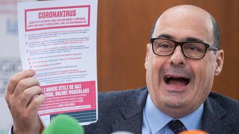 Nicola Zingaretti, Präsident der Region Latium und Chef der italienischen Sozialdemokraten, hält einen Zettel
