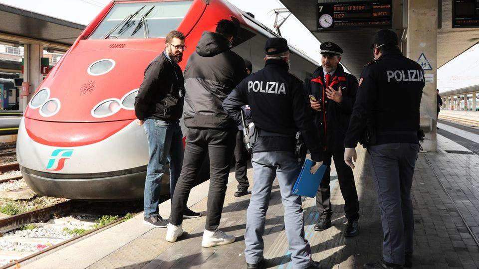 Polizisten kontrollieren am Bahnhof Santa Lucia in Venedig, ob Einwohner und Touristen die Quarantäne-Anordnungen verletzen.