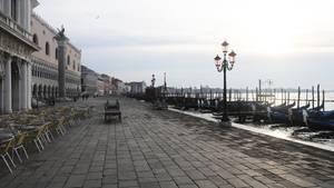 In Venedig bietet sich dasselbe erstaunliche Bild: Wo sich sonst tausende Touristen tummeln, herrscht gähnende Leere.Die Ein- und Ausreisesind hier nur aus Arbeitsgründen und wegen einer medizinischen Notwendigkeit erlaubt, die durch ein ärztliches Attest belegt werden muss.