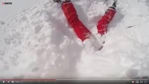 Person mit Oberkörper im Schnee