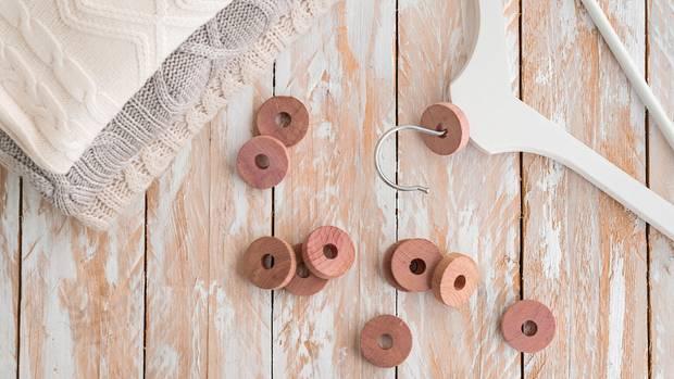 Zedernringe aus Holz gelten als natürlicher Schutz gegen Kleidermotten
