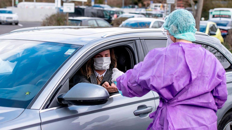Eine Mitarbeiterin des Medizinischen Versorgungszentrums erprobt den mobilen Test auf das Coronavirus
