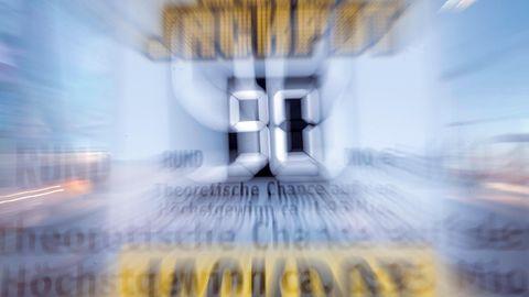 Auf einer Tafel vor einer Lotto-Annahmestelle wird auf die 90 Millionen Gewinnsumme im Eurojackpot hingewiesen