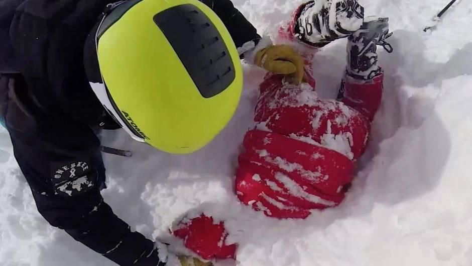 Skifahrerin steckt mit Oberkörper im Schnee fest – ein Fremder gräbt sie aus