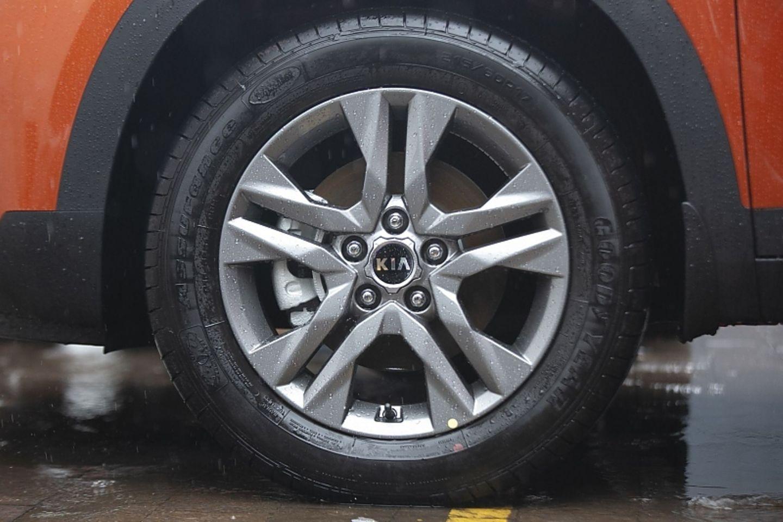 Auf Wunsch roll der Seltos auf 17 Zoll Reifen