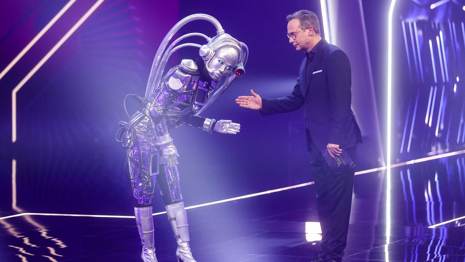 """Der Roboter"" und Moderator Matthias Opdenhövel"