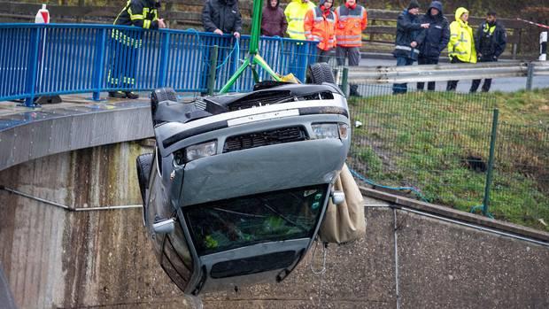 Rettungskräfte ziehen den Wagen aus dem Biggesee