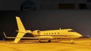 Der beschädigte Privatjet vom Typ Gulfstream Iv auf dem Rollfeld des Flughafens vonVientiane