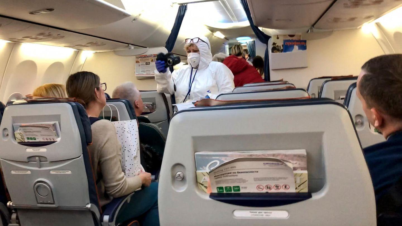 Moskau: Ein Arzt kontrolliert die Temperatur der Passagiere in einem Flugzeug, welches aus Italieneintrifft.