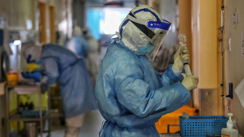 Ein Mediziner in einem Krankenhaus in Wuhan