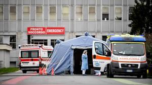 Vor einem Krankenhaus wurden Notfall-Zelte aufgestellt