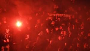 Gladbach-Fans warten hinter der Nordkurve