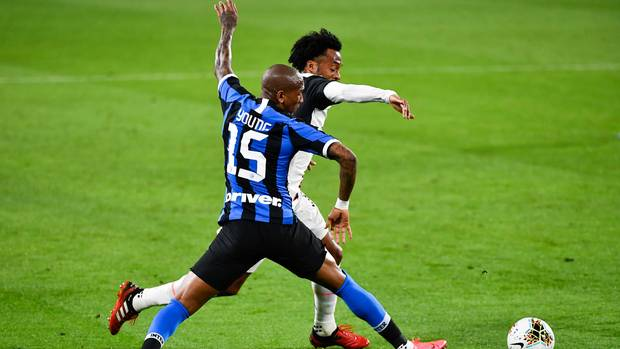 Ashley Young (vorne) von Inter Mailand und Juan Cuadrado von Juventus Turin