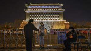Bei einer Frau wird in Peking die Temperatur gemessen