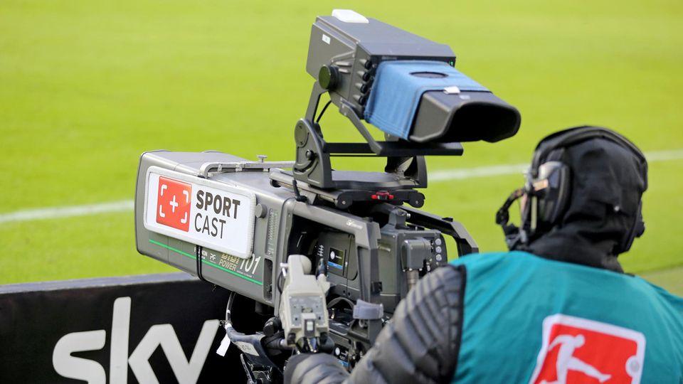 Fußball-Bundesliga: Kameramann richtet sein Arbeitsgerät aufs Spielfeld