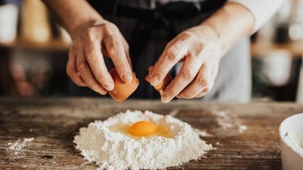 Für den Nudelteig braucht man Eier und Mehl