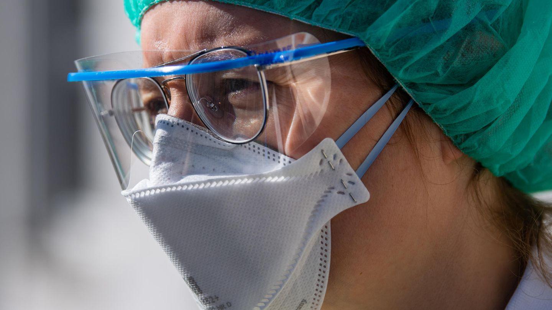 Coronavirus: Eine Infektiologin der Klinischen Infektiologie am Dresdner Uniklinikum steht am Eingang der Corona-Ambulanz