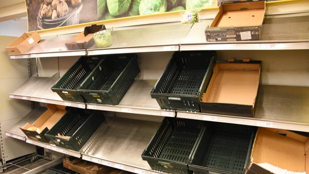 Leere Regale in einem Supermarkt in Kopenhagen