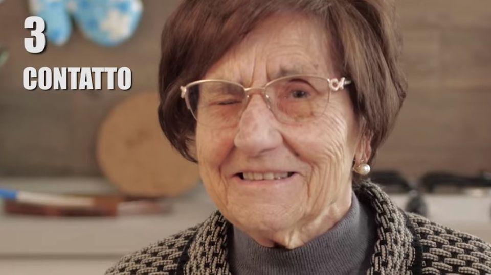 Italienische Oma zwinkert in die Kamera