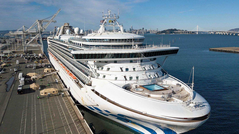 """Nach der Rückkehr aus Hawaii: die """"Grand Princess"""" in einem abgelegenen Teil desHafen von Oakland in Kalifornien.Bei19 Crewmitgliedern und zweiPassagierenwurde das Coronavirus nachgewiesen."""
