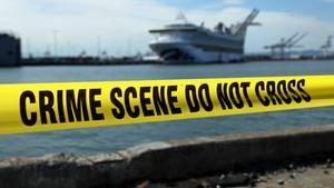 """Vorsichtsmaßnahme im Hafen von Oakland wegen der Ausbreitung des Coronavirus: Im Hintergrund liegt die """"Grand Princess"""" von Princess Cruises."""
