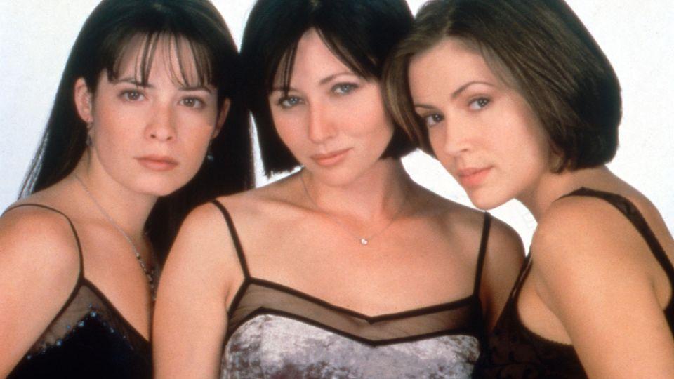 Drei dunkelhaarige Frauen in Tanktops schauen in die Kamera: Holly Marie Combs, Shannen Doherty und Alyssa Milano
