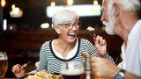 Ältere Menschen essen zusammen