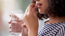 Frau nimmt Nahrungsergänzungsmittel