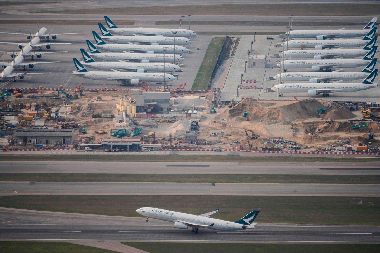 Eingeparkte Jets der Fluglinie Cathay Pacific in Hong Kong: Bei der Fluglinie sind die Passagierzhalen um 50 Prozent eingebrochen