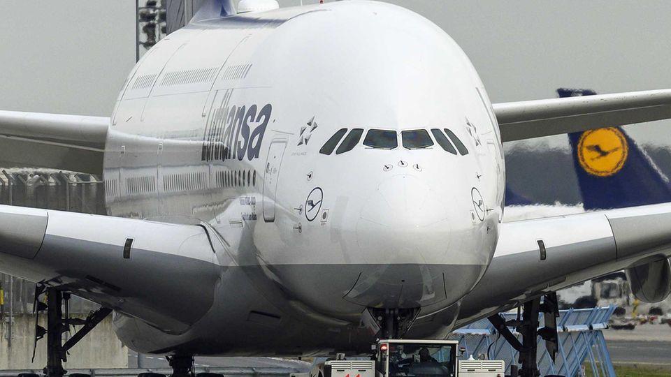 Ein Airbus A380 der Lufthansa. Die gesamte Flotte von 14 Maschinen diesen Typs bleibt vorübergehend am Boden.