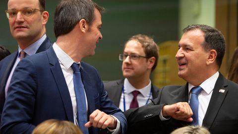 Der kroatische und der französische Gesundheitsminister begrüßen sich mit dem Ellenbogen.