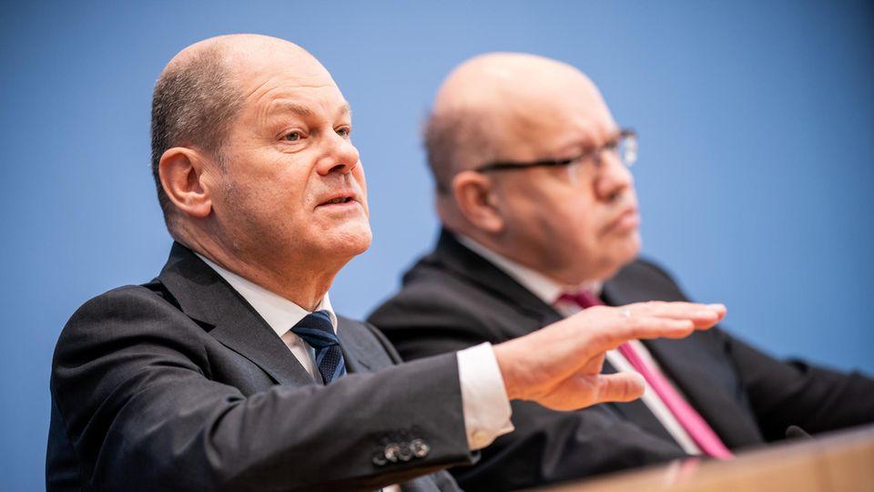 Olaf Scholz (l., SPD), Bundesminister der Finanzen, und Peter Altmaier (CDU), Bundesminister für Wirtschaft und Energie