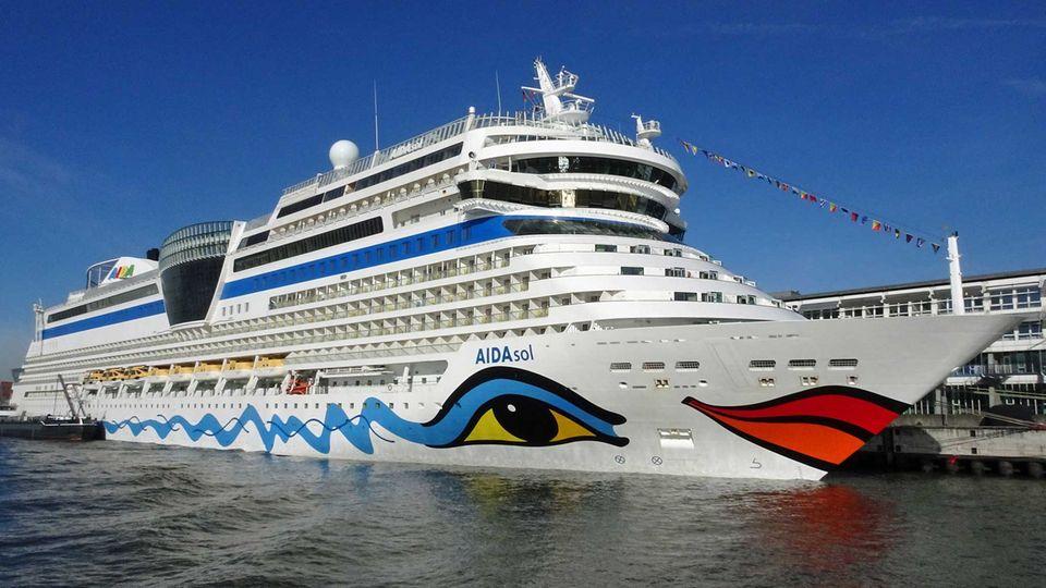 """Die """"AidaSol"""" im Hamburger Hafen:Aida Cruises stellt die Fahrten ihrer 14 Schiffe umfassenden Flotte wegen der Ausbreitung des neuartigen Coronavirus zunächst bis Anfang April ein."""
