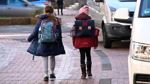 Zwei Kinder gehen von der Schule nach Hause