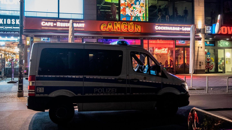 Coronavirus Berlin: Ein Auto der Polizei steht vor einer Cocktailbar