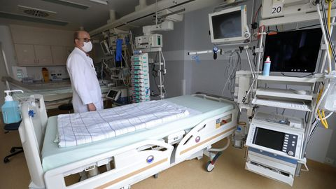Coronavirus: Tobias Schürholz, Leiter der perioperativen Intensivtherapie, steht neben einem Intensivbett