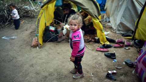 Flüchtlinge Ein kleines Mädchen steht in Edirne vor einem Zelt in einem Lager