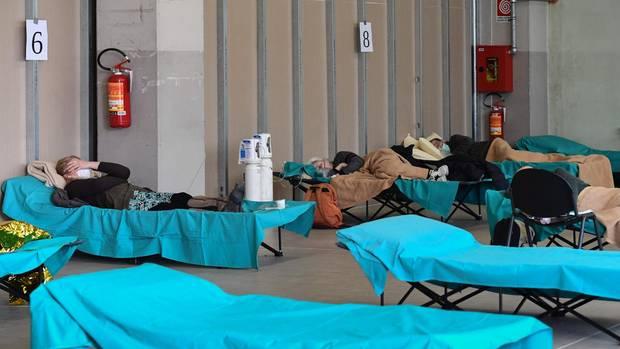So wie hier im lombardischen Brescia müssen viele Patienten aufBehelfsbetten in Not-Sälen behandelt werden.