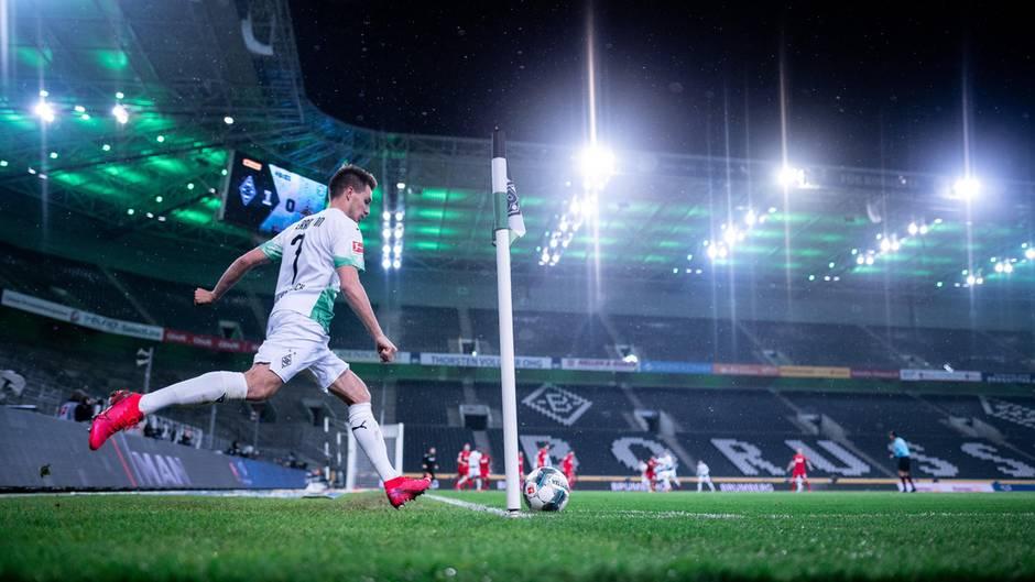 Gladbachs Patrick Hermann tritt einen Eckball im bisher einzigen Geisterspiel der Bundesliga-Geschichte gegen den 1. FC Köln