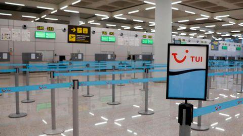 Check-in-Schalter auf dem Flughafen in Palma de Mallorca: So sieht die Gegenwart des Reisens aus.
