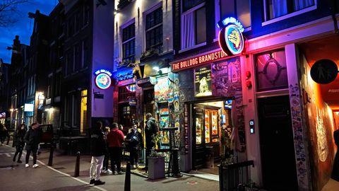 """Der Coffeeshop """"The Bulldog"""" im Rotlichtviertel in Amsterdam. Wegen der Corona-Krise werden Bars und Co. geschlossen"""
