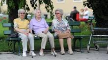 Senioren vor einem Altenheim
