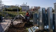 Bagger graben an der Krankenhaus-Baustelle