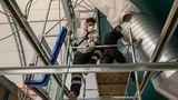 Arbeiter bringen Belüftungsrohre an.