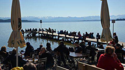 Ein gut besuchter Biergarten am Starnberger See