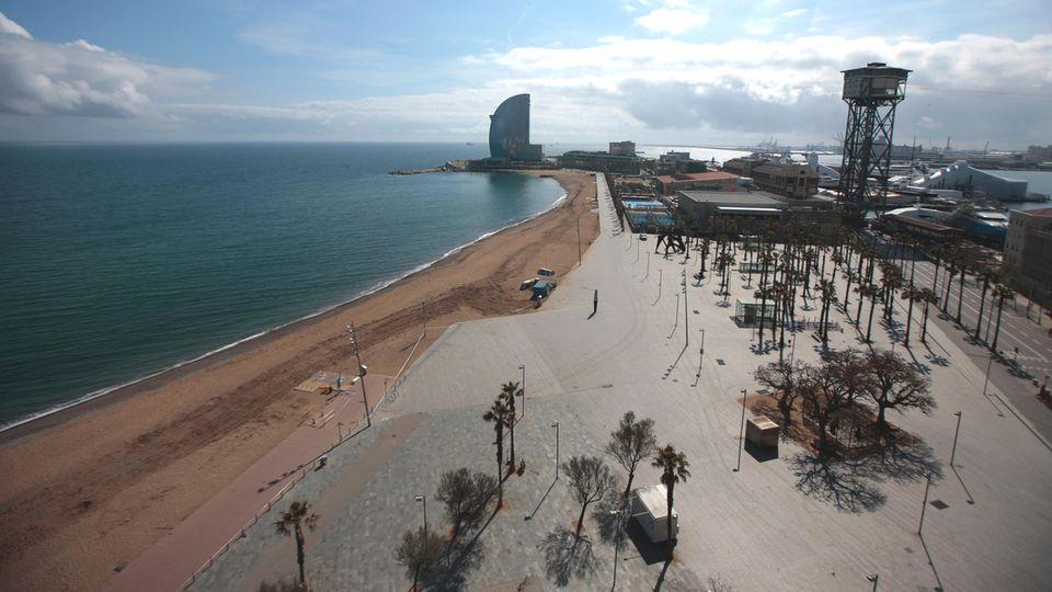 Fotostrecke zum Klicken: Bild 1 von 14  Kein Chillen am Hausstrand von Barcelona. An sonnigen Frühingstagen ist die Platja der Barceloneta eigentlich überfüllt. Doch seit dem Wochenende bleibt alles menschenleer.