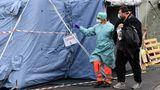 Krankenschwester vor Behelfseinrichtungen des Krankenhauses in Brescia