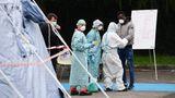 Medizinisches Personal in Schutzanzügen testet einen Neuankömmling mit Corona-Verdacht vor dem Krankenhaus in Brescia
