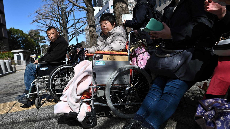 Japan: Menschen wartenvor dem Bezirksgericht Yokohama, bevor das das Urteil gegen Satoshi Uematsu gefallen ist