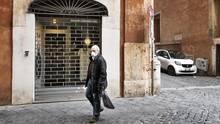 Ein Mann läuft an einem geschlossenen Geschäft vorbei
